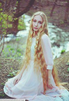 Source : weheartit.com Blond elve, medieval dress