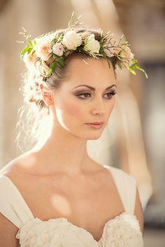 Flores para cabelo noiva - Fresh Flower Wedding Hair   Bridal Musings Wedding Photo by Her Lovely Heart via Bridal Musings