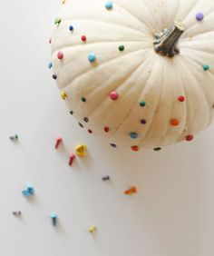 Use colorful pushpins to make a confetti pumpkin. #halloween #pumpkin