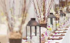 belle table à manger avec lanternes et fleurs séchées