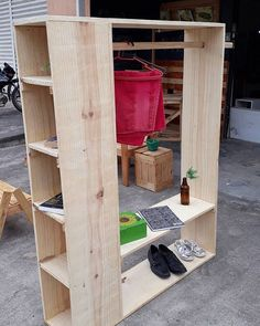 Use Pallet Wood Projects to Create Unique Home Decor Items – Hobby Is My Life Diy Pallet Furniture, Diy Pallet Projects, Cool Furniture, Wood Projects, Furniture Ideas, Pallet Ideas, Furniture Buyers, Furniture Market, Furniture Dolly