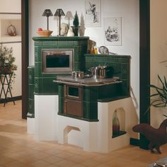 Kachelofen (mass heater) with stovetop and bread oven Cozy Cabin, Cozy House, Small Space Living, Small Spaces, Antique Kitchen Stoves, Vintage Stoves, Rustic Kitchen Design, Stove Fireplace, Tiny House On Wheels