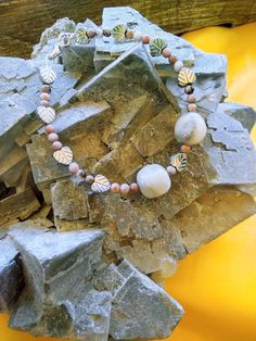 Ενεργειακό βραχίολι με ημιπολύτιμες πέτρες απο ροδονίτη , λευκό ίασπι και μεταλλίκο σχέδιο αιματίτη. Ιδιοτητές : Ενας υπέροχος συνδίασμος μεταμόρφωσης και αναγέννησης που συνδέεται με τα μεταμορφωτίκα πυρά του Πλόυτωνα και την γήινη ομορφία της Αφροδίτης και Περσεφόνης που φέρνει ενα κρυσταλλοποιημένο θεικό φως απέναντι στο σκοτείνο φως και σκίες του εαυτού μας Jewelry Collection