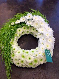 Moderne Trauerfloristik: Trauerkränze mit Blattwerk und Blütenschmuck - Google-Suche