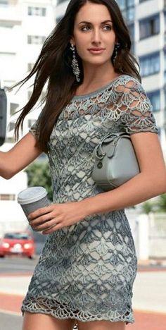 Очаровательное кружевное платье связано крючком. Платье связано из серой пряжи секционного крашения. Такое платье можно носить также как тунику