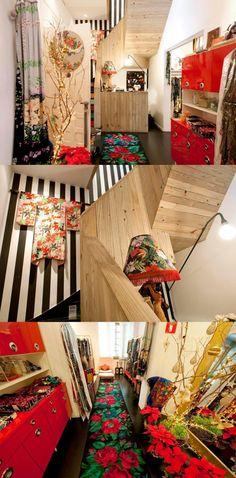 Interior da loja da Adriana Barra, em São Paulo, tudo bem colorido!