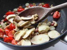 HAMBURGER ALLA BOSCAIOLA 2/5 - In una padella fate dorare la pancetta con un cucchiaio d'olio quindi eliminate il grasso in eccesso e aggiungete i cipollotti affettati. Fateli appassire senza farli colorire, unite i pomodorini a pezzetti, i funghi e cuocete per 5 minuti. #fileni #pollo #ricette #cucina #cooking #recipes