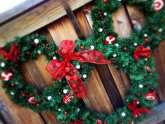 Minnie Mouse wreath... It's Disney and Christmas, two of my favorite things.