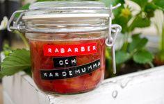 Saker som tycker om varandra är rabarber och kardemumma, det är en sanning! Har du mycket rabarber hemma så är detta perfekt att bunkra upp på. Härlig marmelad med smak av syrlig rabarber och kardemumma förgyller vilken smörgås som helst! Ingredienser 400 g rabarber 300 g syltsocker med pektin 1 msk nymalen kardemumma, mer eller […]