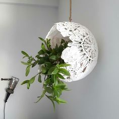 Make a lace lamp - DiyForYou- Vyrobte si lampu z krajek – DiyForYou Make a lace lamp – DiyForYou - Doily Lamp, Lace Lamp, Diy Home Crafts, Diy Home Decor, Homemade Lighting, Doilies Crafts, Diy Tops, Diy Bottle, Diy Candles