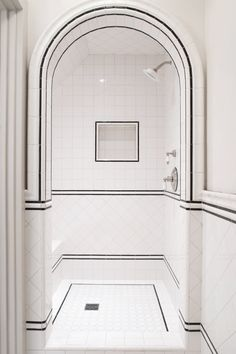 12 Ideas For Designing An Art Deco Bathroom Discover stylish art deco bathroom design ideas. Art Deco influenced the black and white design. White Tile Shower, White Bathroom, Master Bathroom, Bathroom Mirrors, Glass Bathroom, Shower Tiles, Bathroom Closet, Simple Bathroom, Bad Inspiration