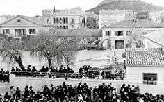 Οι βασιλικοί στάβλοι 1913 ηταν το οικοδομικό τετράγωνο σταδίου-πανεπιστημίου-Αμερικής-βουκουρεστιου!!! Στο χώρο που σήμερα στεγάζεται το κτήριο μετοχικό ταμείο στρατού Attica Athens, Athens Greece, Old Photos, Vintage Photos, Greek History, Old City, Scenery, The Past, Street View