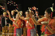 Tarian Sekar Puri, dibawakan oleh 6 orang penari utk membuka resepsi pernikahan adat jawa
