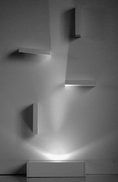 """Criada pela ATOARK com o objetivo de ser mais do que uma comum peça de iluminação, a Iluminark enfatiza os volumétricos jogos de luz e sombra formando uma """"escultura"""" interativa. É uma peça de design exclusiva que possibilita a interação com o observador podendo a luz ser conduzida a diversos ângulos através de pequenos obstáculos[...]"""
