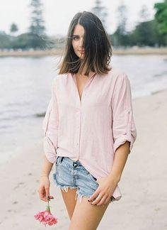ピンクシャツ×デニムショートパンツのコーデ(レディース)海外スナップ | MILANDA