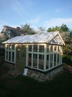 Mitt växthus. Byggt av gamla fönster o glasverandadörrar.