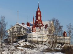 Ravintola Saaristo in Klippan, an island in Helsinki harbour, is over 100 years old. A boat serves from the Saaristo's pier located near to the Olympia terminal, next to the Peace Statue.