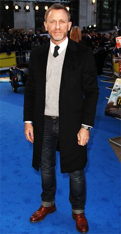 Daniel Craig  The Girl with the Dragon Tattoo lead worked an unexpected look at the Tintin premiere: a V-neck sweater over a shirt and tie topped with a 3/4 length coat.