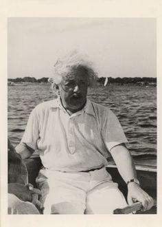 Einstein, Albert (1879-1955) als Segler an der Pinne (Portr_03124)