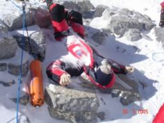Dead body on Everest. Mt Everest: 200 Dead Bodies are on Mount Everest. More than people have reached the top of Everest since the first conquest. Mount Everest Climbers, Top Of Mount Everest, Monte Everest, Rob Hall, Himalaya, Life And Death, Mountaineering, Macabre, How To Memorize Things