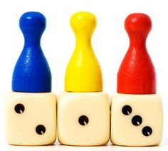 """8.  Der Medizinmann Alle Mitspieler sitzen in einem Kreis. Während das ausgesuchte """"Opfer"""" sich vor der Türe auf seine Rolle als """"Medizinmann"""" vorbereitet, bekommen 2 nebeneinander sitzende Teilnehmer 1 oder 2 Esslöffel Mehl in den Mund. Wenn das Opfer das Zimmer wieder betritt, gucken alle den """"Medizinmann"""" an. Er oder sie soll ihnen die Hände auf die Schultern legen und die Mitspieler durch"""