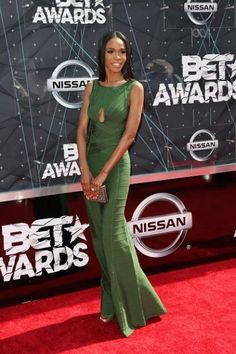 Michelle Williams, former member of Destiny's Child, looked gorgeous in a green body-con gown. She had her hair stick straight and super long with simple makeup and minimal accessories — nothing to detract from the tight dress.