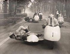 Side car racing a long time ago! Gp Moto, Moto Cafe, Moto Guzzi, Vintage Sports Cars, Vintage Racing, Vintage Cars, Antique Cars, Vintage Photos, Vintage Motorcycles