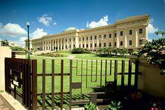 Palacio de las Bellas Artes de Santo Domingo. En este palacio se realizan muchas exhibiciones de artes, obras teatrales, musicales, entre otros.   Jardines del Teatro esta a tan solo 5 minutos caminado de este belleza arquitectónica.