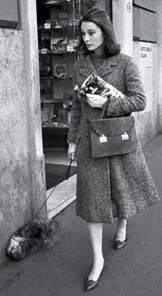On a Roman Holiday with Audrey Hepburn : Audrey: Coat by Balenciaga. Handbag by Hermès and shoes by Salvatore Ferragamo. Moda Vintage, Vintage Mode, Vintage Shoes, Vanity Fair, Style Audrey Hepburn, Audrey Hepburn Wedding, Audrey Hepburn Roman Holiday, Aubrey Hepburn, Audrey Hepburn Quotes
