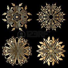 Vector de oro adornos redondos florales sobre fondo negro. photo