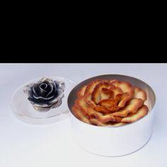 Caixa de prata com flor de leite derramado
