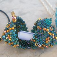 Beads with a secret....free tutorial for locket pendant by Bijou Beads. In Russian, but the diagrams are excellent and Google Translate helps.