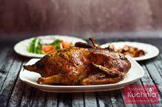 Przepis na gęś po staropolsku. Gęś pieczona, nadziewana kapustą kiszoną, cebulą, czosnkiem i boczkiem. Pieczona gęś po staropolsku - przepis i film wideo krok po kroku. Najlepsza gęś staropolska na święta. Tandoori Chicken, Turkey, Meat, Ethnic Recipes, Food, Christmas, Chef Recipes, Cooking, Xmas