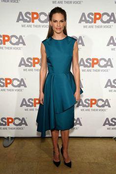 Fantasy Fashion Design: Hilary Swank mostró su apoyo a los animales, vestida con un excelente modelo de Christian Siriano