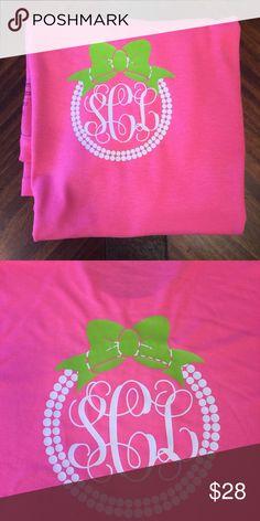 Pearl Monogram T-shirt with Bow Monogram vinyl t-shirt, pictured is a hot pink… Monogram T Shirts, Bow Shirts, Vinyl Monogram, Vinyl Shirts, Uniform Shirts, Lime Green Shirts, Kentucky Shirts, T Shirt Diy, Vinyl Designs
