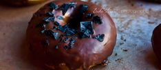 Los Bretzels-donuts combinan el sabor de un bretzel tierno junto con el aspecto de un donut. Con cobertura de chocolate negro y sal negra o pimienta rosa.