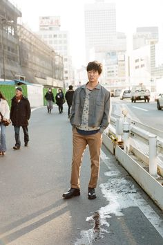 Simply Dressed あらゆる役において絶対的な存在感を放ち、00年代以降の日本映画界を牽引してきた俳優・新井浩文。 春らしいキャメルのチノパンを履いて、大都会・新宿を歩く彼は、「スターになりたい」という一心で故郷の青森を飛び出してきた当時のことを懐かしむ。 「本当にカッコいい人は、何を着てもカッコいい」。ニットにブルゾンを羽織っただけの飾らないスタイルに、彼の言葉の本質がにじみ出ている。#styldby #DressNormal