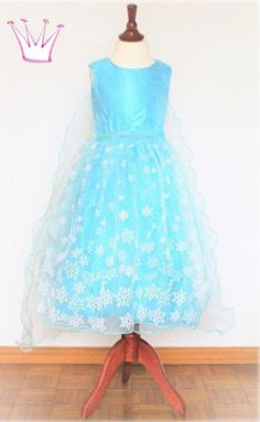 Ein aussergewöhnliches Frozen Elsa-Kleid für Mädchen mit abnehmbarem Cape. Girls Dresses, Flower Girl Dresses, Cinderella, Disney Princess, Wedding Dresses, Fashion, Skirt, Frozen Elsa Dress, Princesses