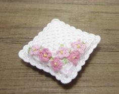 Almohada de ganchillo miniatura blanco con rosas por MiniGio