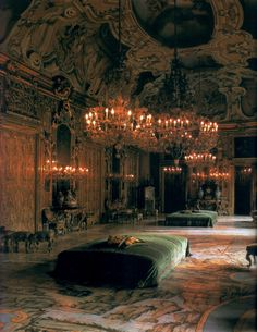Il Palazzo Valguarnera-Gangi è un palazzo settecentesco di Palermo. Photograph of the Gallery of Mirrors of the Palazzo Gangi at Palermo by Marc Walter. The setting for the ballroom scene in Visconti's movie The Leopard. I From the book 'Private Splendor: Great Families at Home' by Alexis Gregory and Marc Walter.