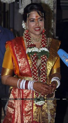 Sameera Reddy Photos - Actress Sameera Reddy in a traditional silk saree Sameera Reddy, Marathi Wedding, Traditional Silk Saree, Bollywood Photos, India People, Aishwarya Rai, Power Girl, Red Wedding, Beautiful Indian Actress