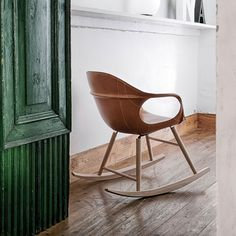 Ein moderner Schaukelstuhl: Der Elephant Stuhl von Kristalia mit pflegeleichtem Lederbezug. Ein zeitloses und modernes Design von Neuland Industriedesign.