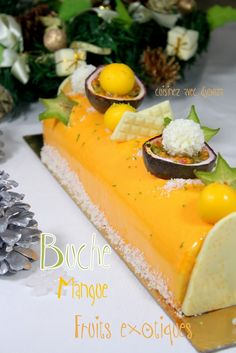 Recette buche de noel facile mousse exotique Recipe Christmas log mousse of exotic fruits with a mango insert. The biscuit is a coconut dacquoise. An easy Christmas log in the set Xmas Food, Christmas Desserts, Christmas Log, Christmas Recipes, Delicious Desserts, Dessert Recipes, Yummy Food, Log Cake, Exotic Fruit