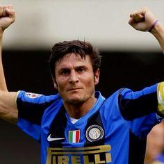 Argentino Zanetti que durante 18 anos jogou no Inter de Milão. Ps- ainda hoje joga, marca, e é titular!37 anos!:)