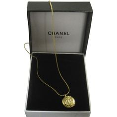 Pre-owned Chanel Coco Mademoiselle Necklace (3.565 BRL) ❤ liked on Polyvore featuring jewelry, necklaces, accessories, gold, vintage charms, snake chain necklace, round pendant, gold tone necklace and chanel necklace
