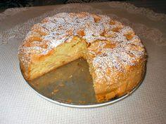 Przepis na ucierany placek z jabłkami. Jabłka obrać i pokroić na dość cienkie plastry. Mąkę pszenną połączyć z ziemniaczaną oraz z proszkiem do pieczenia. Ubić mikserem jajka z cukrem, dodać olej, aromat i wciąż miksując po trochu wsypywać mąkę.