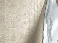 La collezione in gres porcellanato Amazzonia, adatta sia ad ambienti interni che esterni (grazie alla superficie antiscivolo) arreda in modo ricercato creando continuità tra l'interno e l'esterno e arricchisce gli spazi grazie ad un'ampia palette cromatica, un'estrema versatilità nei formati e lunga durata nel tempo. Mosaico dragon white Yellow Pantone, Grey Tiles, Minimal Decor, Bathroom Trends, Kitchen Tiles, Tile Design, Cladding, Tile Floor, Furniture Design