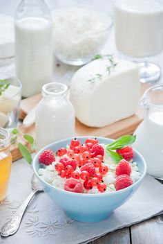 Natural dairy products - Cottage cheese with red berries and honey in a blue bowl and Natural dairy products on a light gray wooden background Dairy Free Recipes Easy, Dairy Free Snacks, Sweet Recipes, Dairy Milk Chocolate, Raw Chocolate, Milk Dairy, Infused Water Recipes, Fruit Infused Water, Delicious Fruit