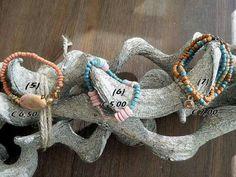 Elastische kralen armbanden. Nummer 5 met edelsteen. Nummer 7 zijn het er 3 in 1