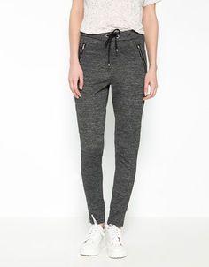 Se trata de los pantalones que llevo a la escuela. Está flojo y bueno para la escuela. También se puede usar para hacer ejercicio.